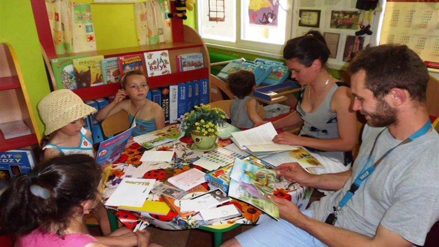 Ojcowie dzieciom czytają książeczki